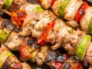 Рецепта Вкусни пилешки шишчета печени на скара със зеленчуци - лук, тиквичка и чери домати